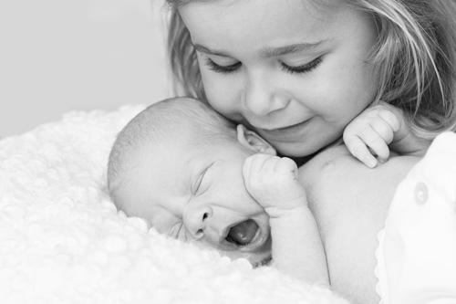 hermana-mirando-bebe-blanco-negro-blog