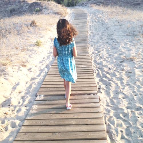 niña-camino-playa