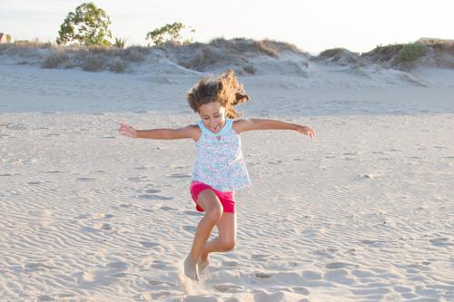 niña-playa-feliz
