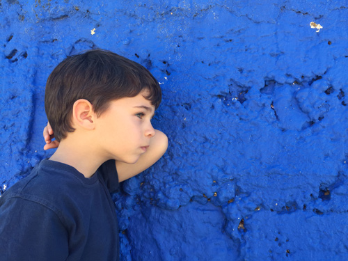 niño-pared-azul