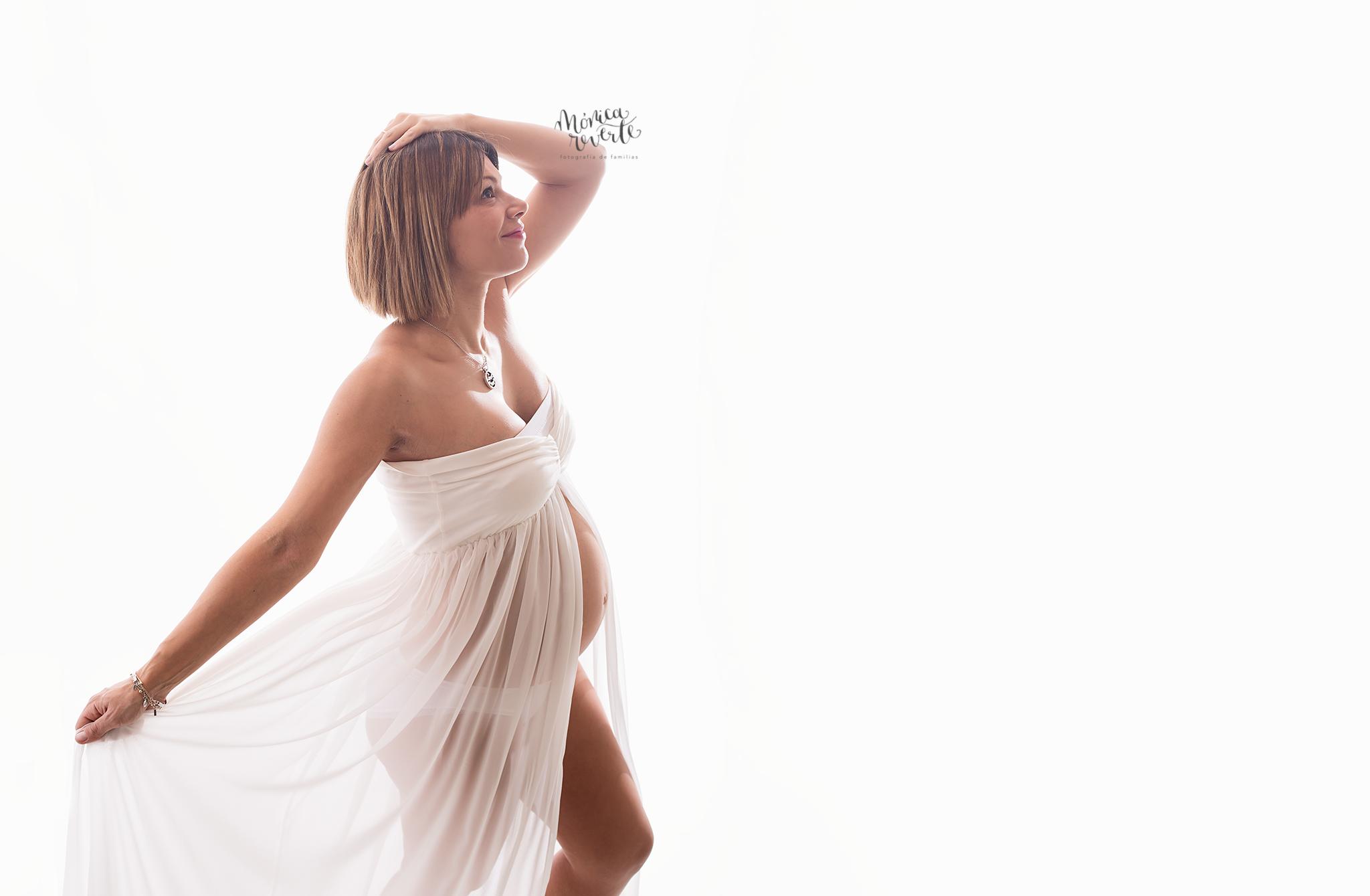 Fotografía de embarazo en Madrid: sesión en el estudio