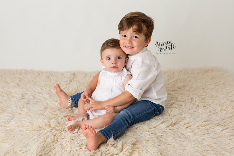 Fotos estudio bebes Madrid: Unos hermanos ultrasimpáticos.