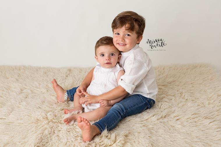 Fotos estudio bebes Madrid: Unos hermanos ultrasimpáticos.
