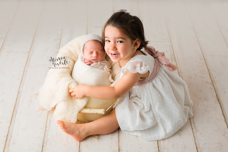 Sesión recién nacido con hermanos en Madrid