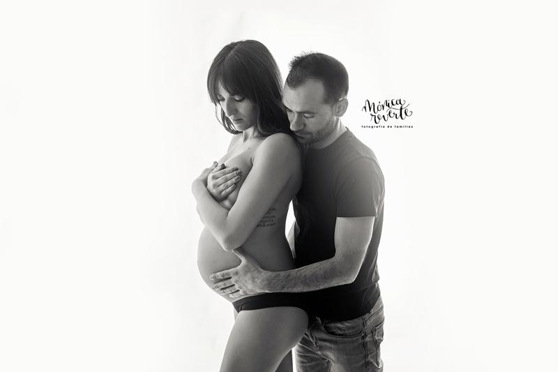 Sesión de fotos de embarazada blanco y negro en Madrid